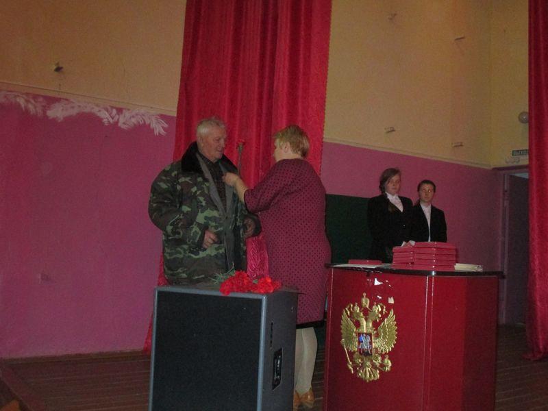 Вручение медали труженнику тыла Сапонову В.И.